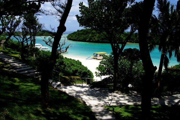 川平公園の遊歩道から見た川平湾の景色