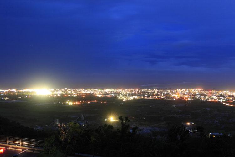 エメラルドの海を見る展望台から眺めた夜景