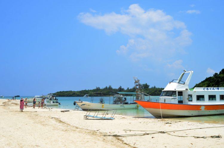 浜辺から見た川平湾とグラスボートの様子