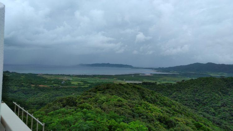 エメラルドの海を見る展望台から眺めた曇り空の名蔵湾の景色