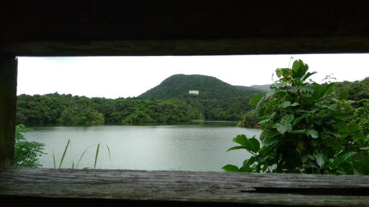 水鳥観察所から眺めた石垣ダムの湖の景色