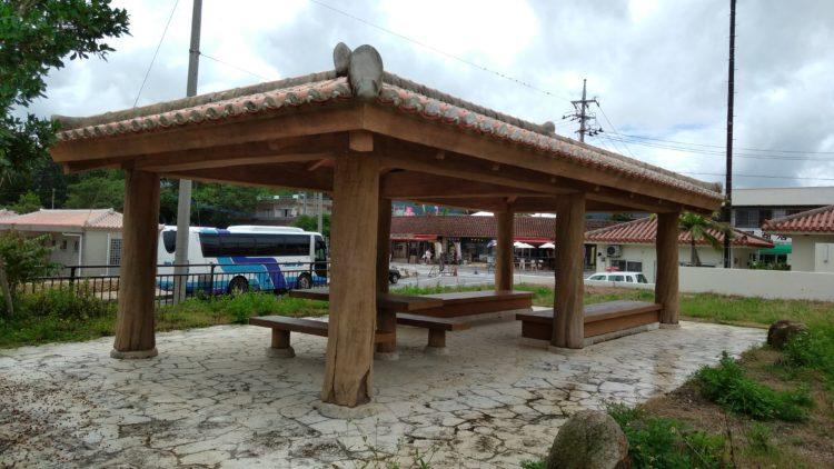 川平湾周辺にある無料駐車場の隣にある休憩場