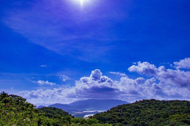 バンナ公園の展望台から眺めた青空のイメージ画像