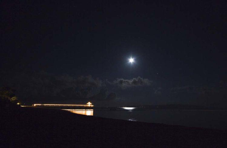 夜空と月とフサキビーチ