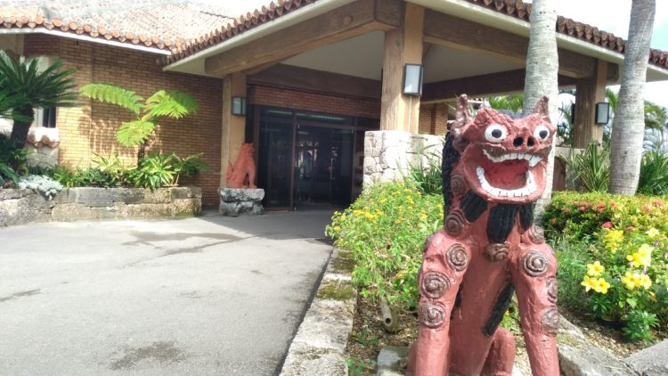 フサキリゾートホテル玄関前のシーサー