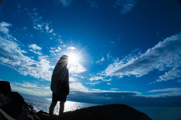 眩しい太陽と女性