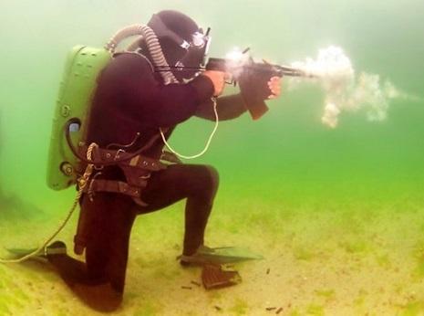 水中で銃を構える人