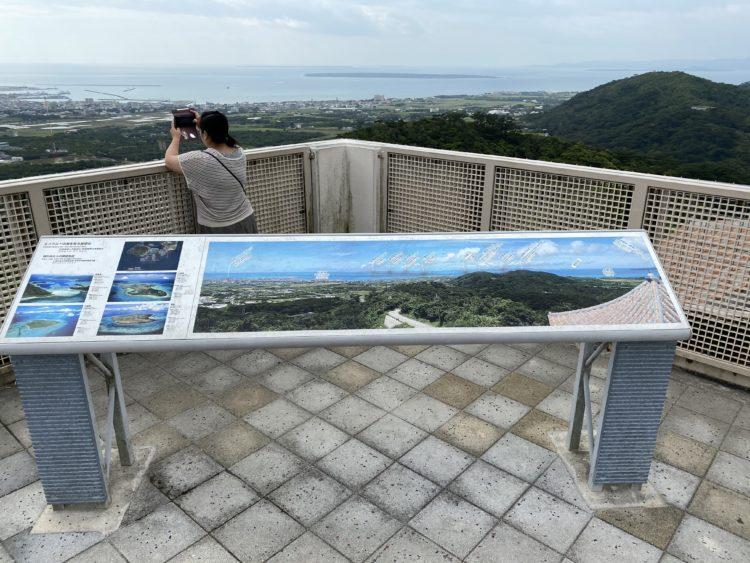 エメラルドの海を見る展望台の景色