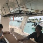 Breeze石垣島のボート内で飛沫感染防止対策シートを張っている様子