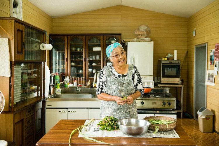 島野菜をおばあちゃんが作っている様子