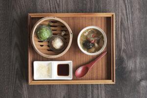 アグー豚 二色の琉球小籠包とフカヒレのヌチグスイ薬膳スープ